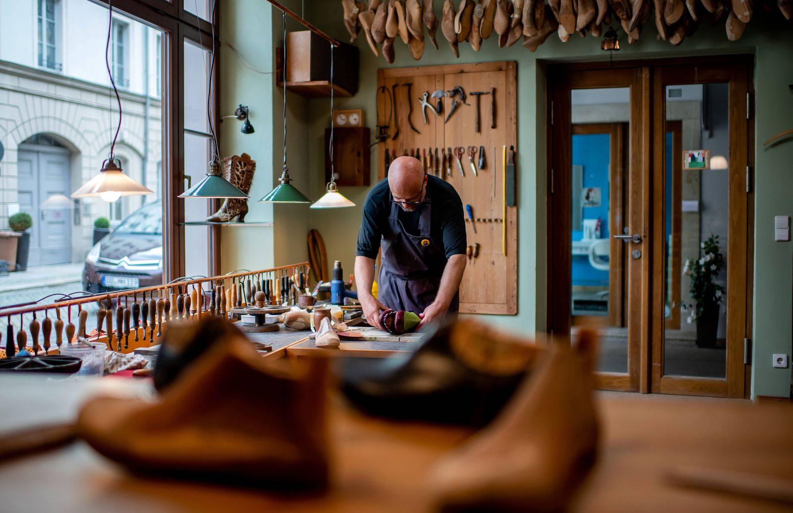 25. Juli 2020: Dresden (Sachsen), in der Werkstatt von Massschuhmacher Alexander Preiss: Massschuhmacher Alexander Preis