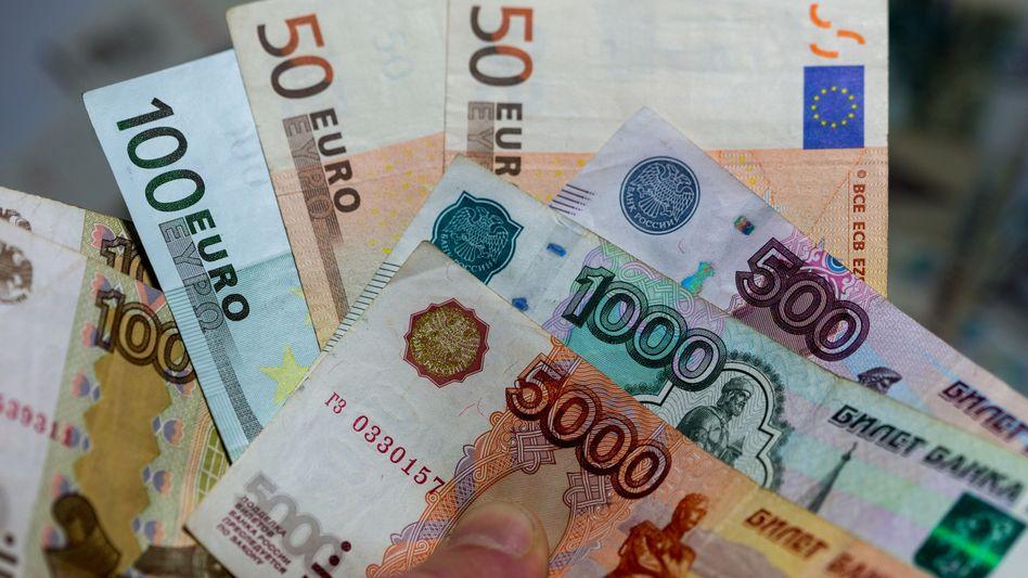 Euro-Scheine, Rubel-Noten: Schwache Währungen in Schwellenländern