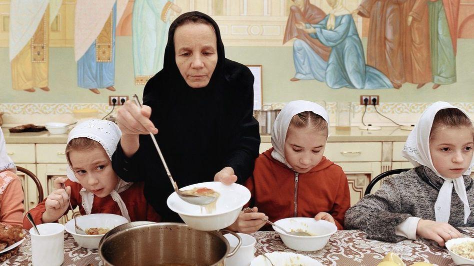 Kinder, Betreuerin in einem Moskauer Waisenhaus: Von der Außenwelt isoliert