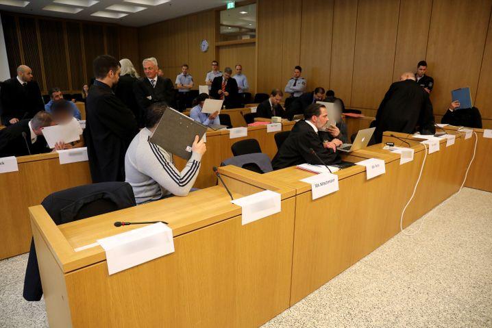 Angeklagte beim Prozessauftakt vor dem Landgericht Aachen (Archiv)