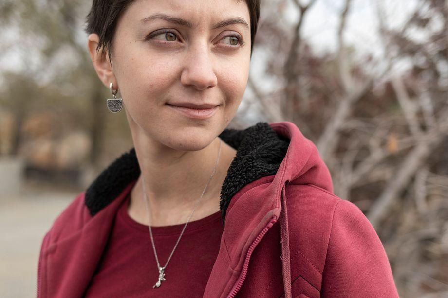 Elen Grigorian vor der »Mother Armenia« Statur