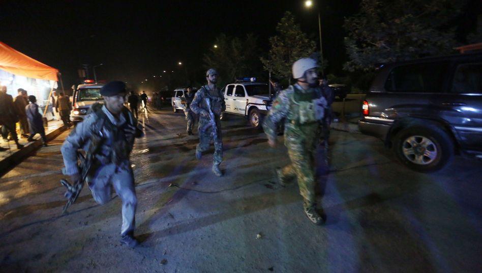 Afghanische Sicherheitskräfte auf dem Weg zum Tatort
