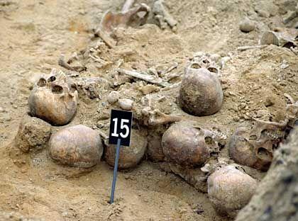 Menschliche Überreste in einer Baugrube in Magdeburg 1994: Sie gehörten nachweislich nicht zu den Männern des 73. Schützenregiments.