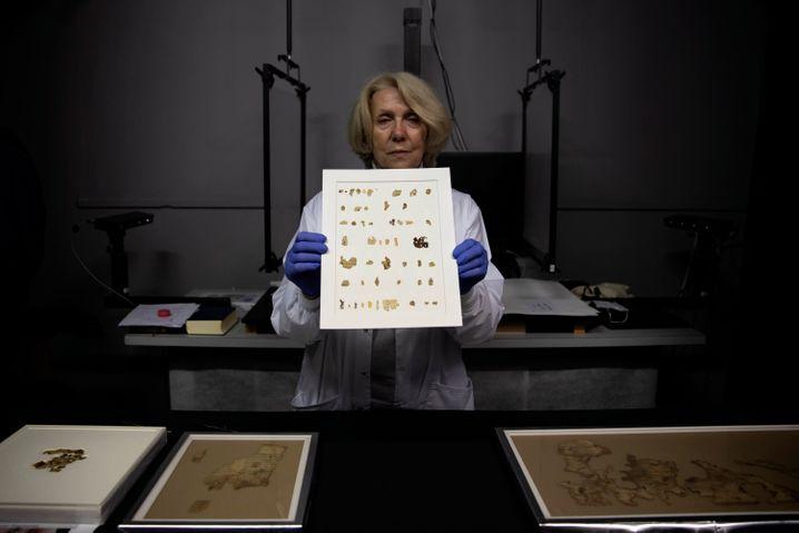 Eine Konservatorin präsentiert die neu entdeckten Fragmente
