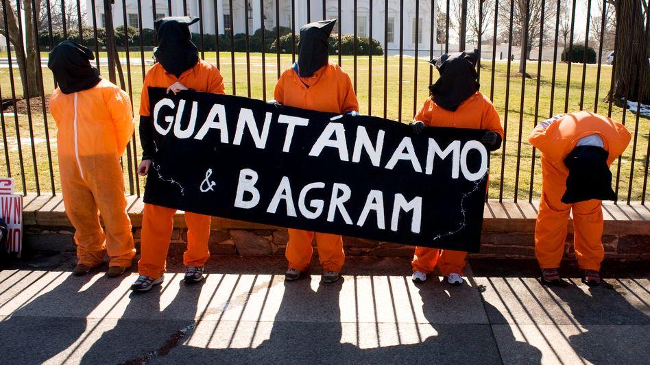 """Demonstration für die Schließung der US-Internierungslager von Guantanamo und Bagram vor dem Weißen Haus im März dieses Jahres: """"Da soll etwas vertuscht werden."""""""