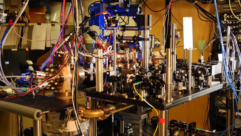 Atomuhr: Ytterbium-Gitter tickt nahezu perfekt