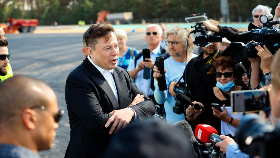 Tesla-Chef Musk bei einem Richtfest auf der Grünheider Baustelle vergangene Woche