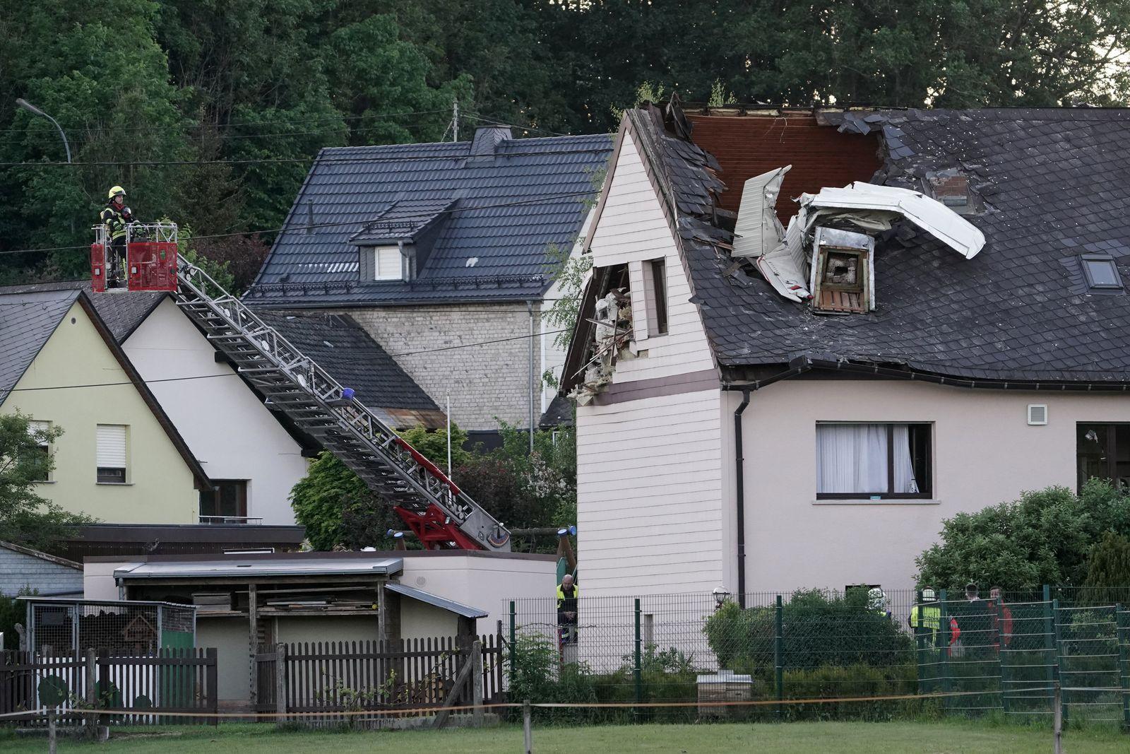 Kleinflugzeug stürzt in Dach