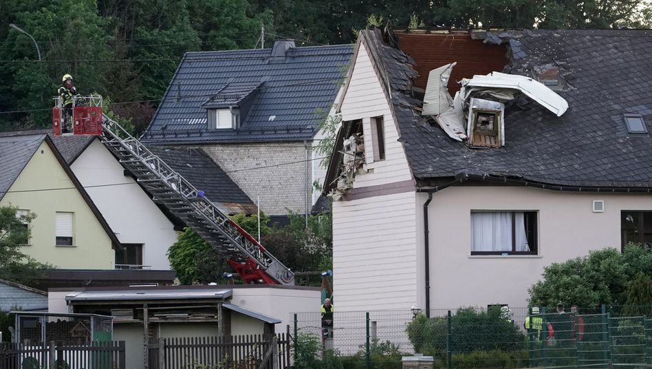 Beschädigtes Haus in Langenhahn in Rheinland-Pfalz: Flugzeug kollidierte offenbar mit Stromleitung