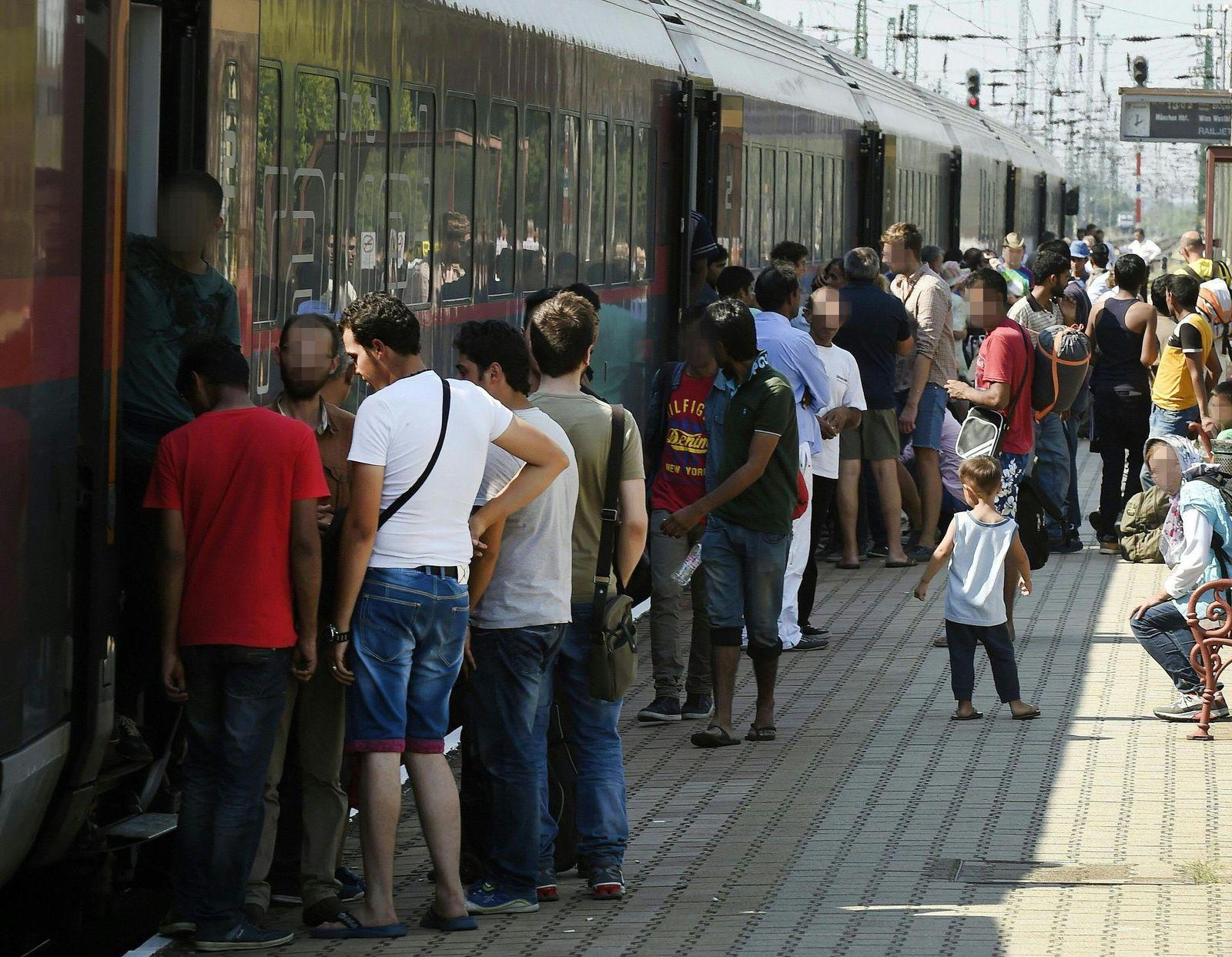 Migrants on the platform of the railway station in Hegyeshalom
