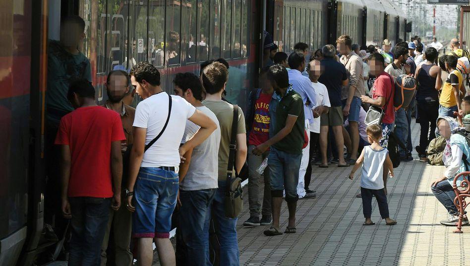 Migranten am Bahnhof von Hegyeshalom: Von Polizisten kontrolliert
