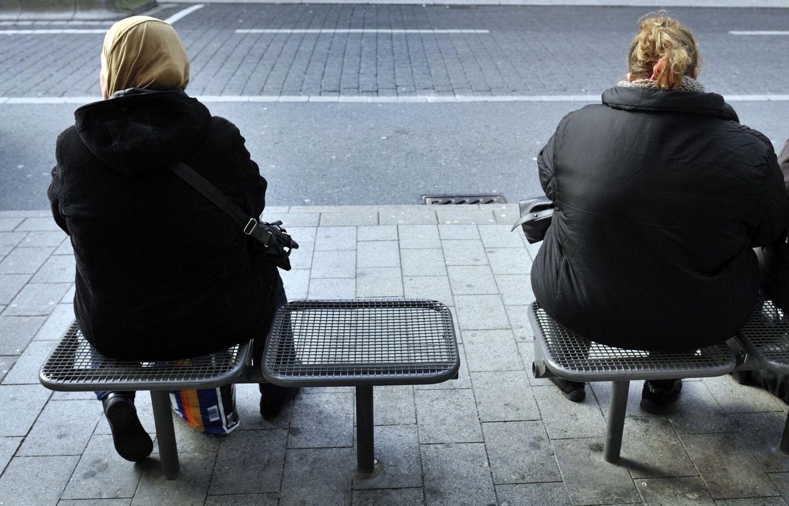 NICHT VERWENDEN Armut / Arm / Armutsbericht / Bushaltestelle