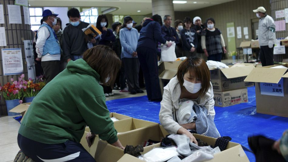 Notunterkunft nahe Fukushima: Flüchtlinge suchen sich Klamotten heraus