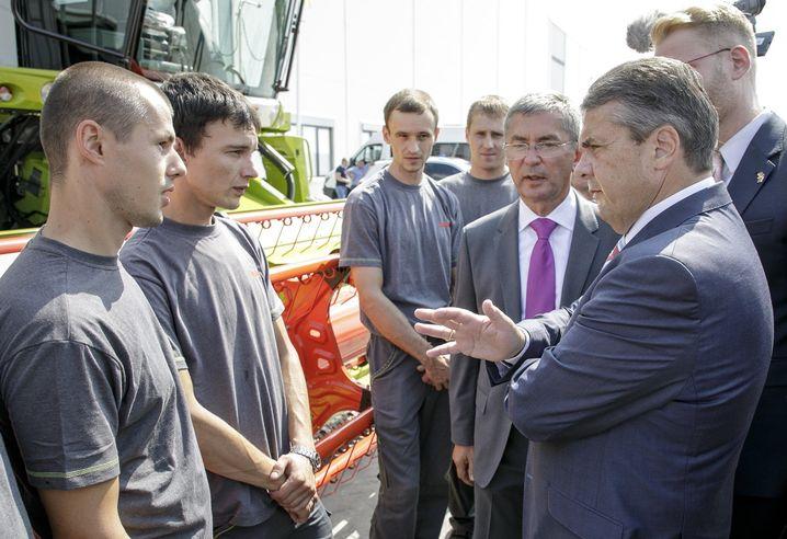Gabriel unterhält sich mit Beschäftigten des Landmaschinen-Herstellers Claas in Krasnodar.