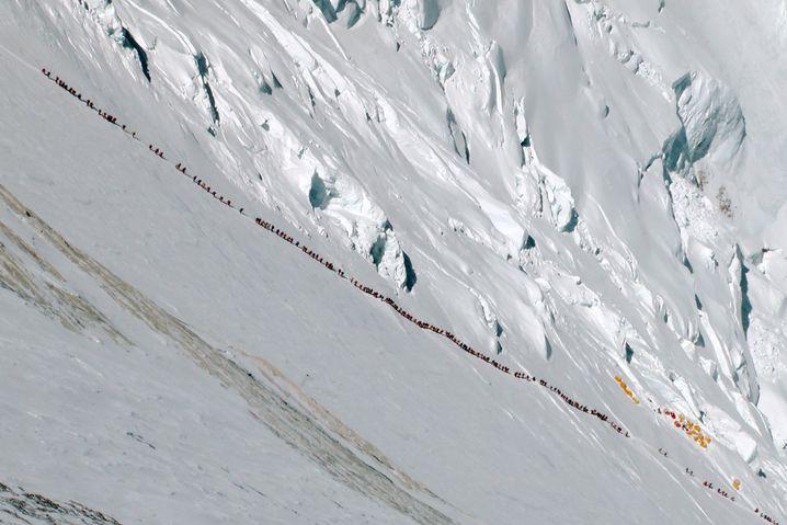 Lange Schlangen am Everest: Hunderte versuchen es jährlich