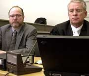 Zweiter Verhandlungstag gegen den Reemtsma-Entführer Thomas Drach am 21. Dezember 2000: Jan Philipp Reemtsma und sein Anwalt Johann Schwenn im Landgericht Hamburg