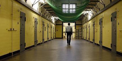 Zellentrakt in der JVA Bruchsal, Gefängnis von Christian Klar: Das große Schweigen