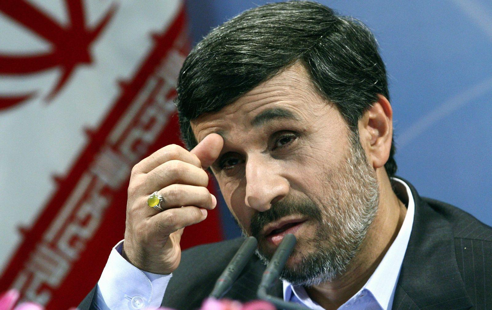 Ahmadinedschad nachdenklich