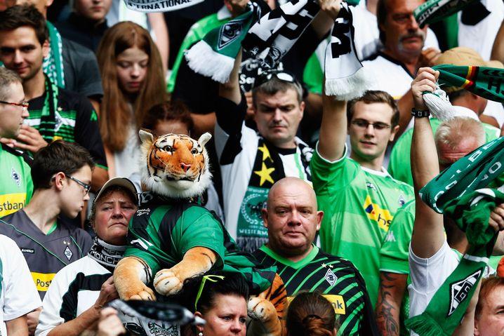 Gladbach-Fans im Stadion: Zum Erzrivalen nach Köln reisen nicht alle