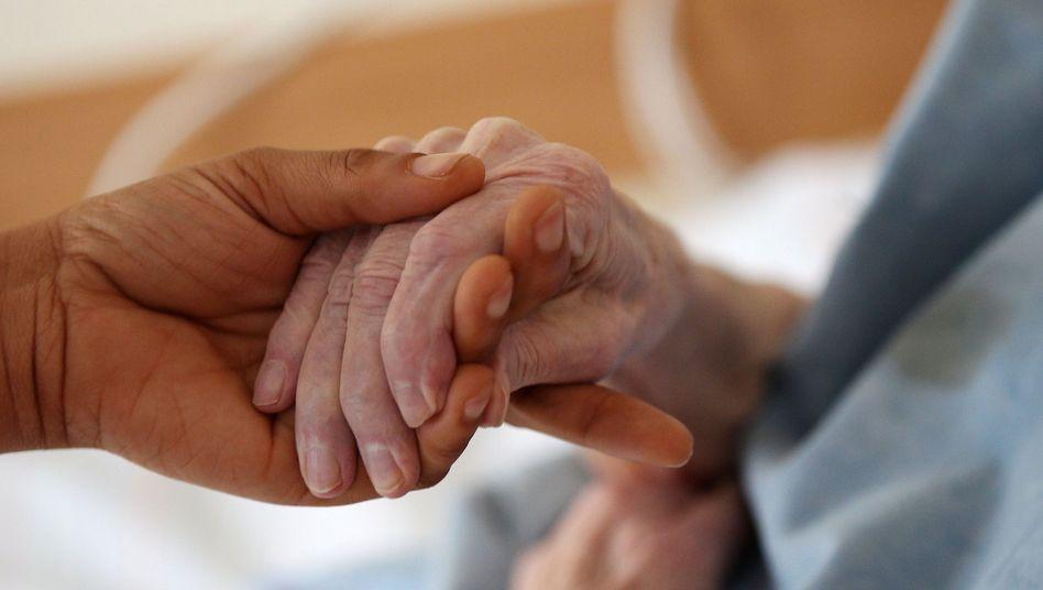 Pflegerin mit Bewohnerin im Caritas-Heim (Symbolbild): Nicht alle Einrichtungen zahlen nach Tarifvertrag