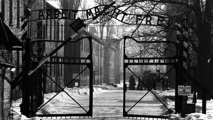 Blick durch das Haupttor des Konzentrationslagers Auschwitz