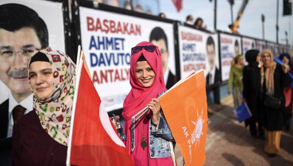 """Anhängerinnen der Erdogan-Partei AKP: """"Stabilität für die Türkei"""""""
