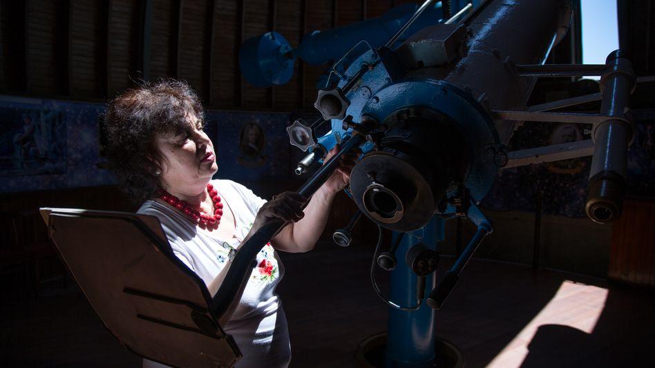 Olga Kolesnikowa schickt ihre Besucher in den Himmel. Seit 30 Jahren arbeitet sie als Führerin im Wolgograder Planetarium - schaut mit ihnen in den Weltraum. Zu Hause läuft nun öfters der Fernseher: Mit ihren Söhnen guckt sie alle wichtigen Spiele und die des russischen Teams sowieso.