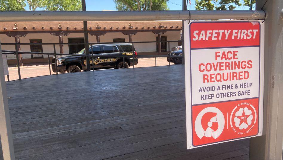 Sicherheit geht vor: Ein Warnschild im Bundesstaat New Mexico fordert Bürger zum Tragen der Maske auf