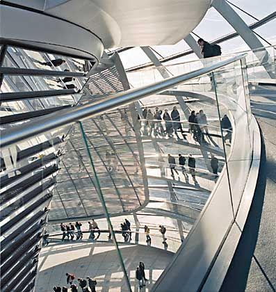 Die Reichstagskuppel zieht täglich Tausende Besucher hinauf und ist längst Symbol der Berliner Republik geworden
