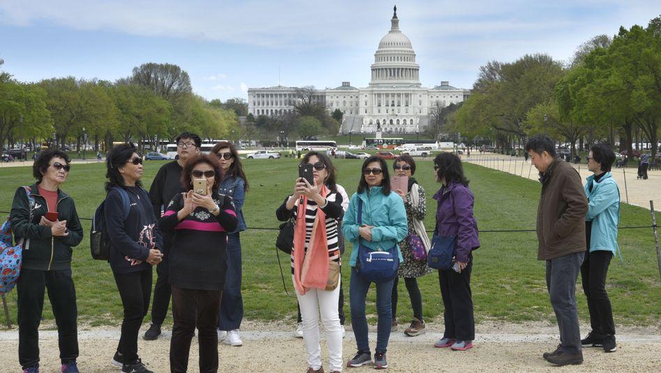 Chinesische Touristen vor dem Kapitol in Washington