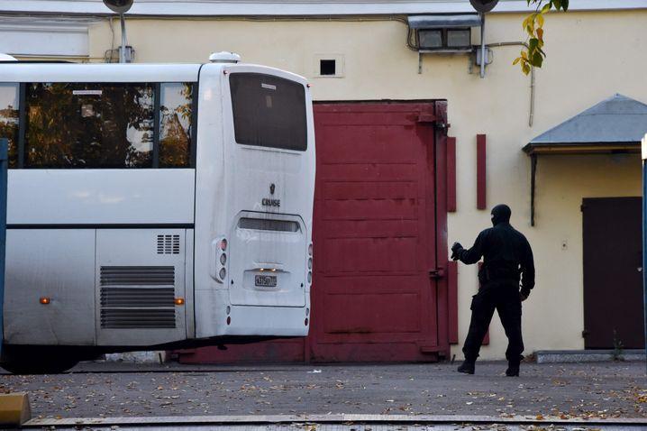 Russischer Beamter neben Gefangenentransporter in Moskau: Ein Durchbruch?