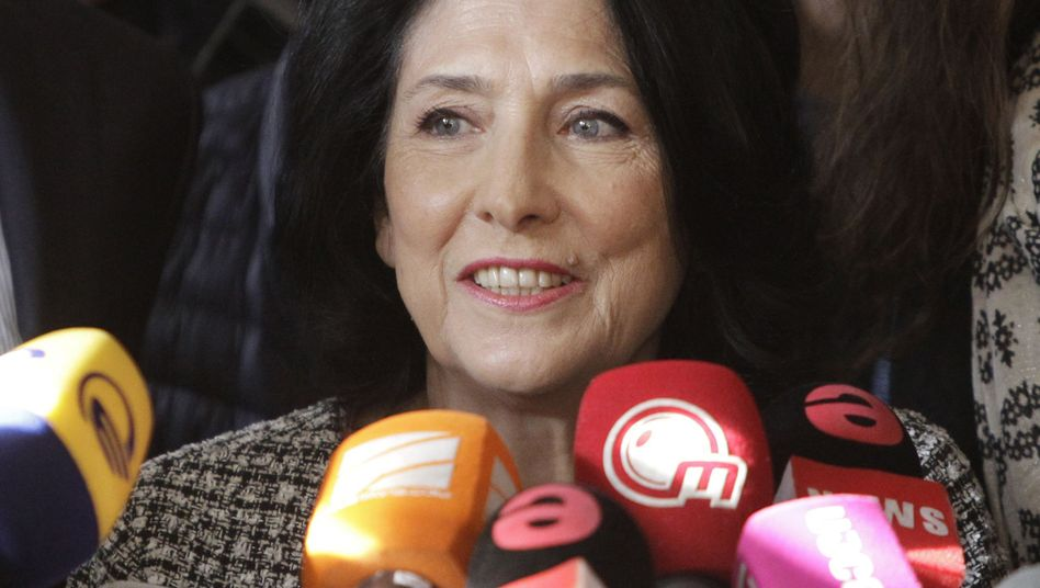 Salome Surabischwili spricht in einem Wahllokal mit Journalisten