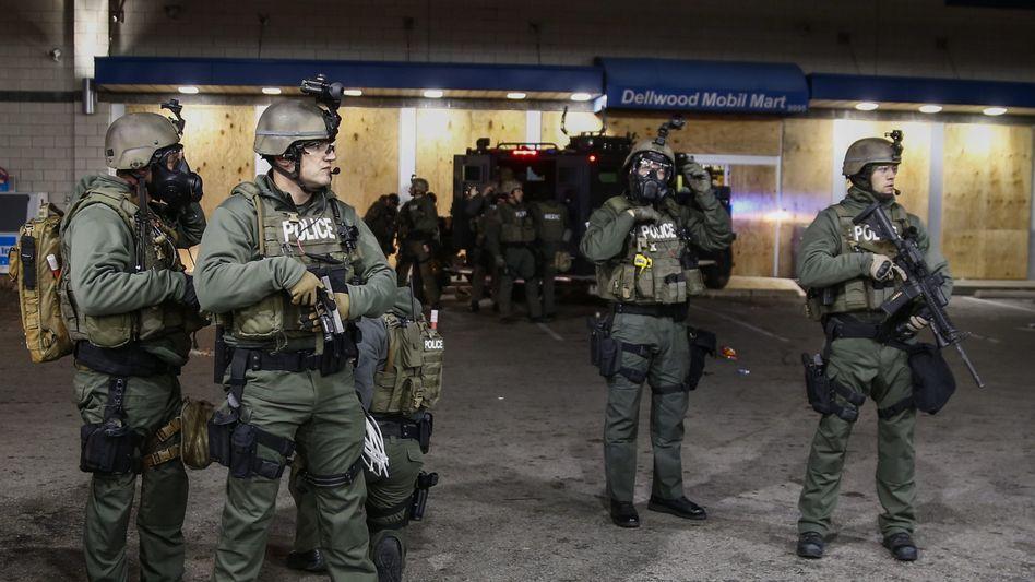 Schwer bewaffnete Polizisten in Ferguson (November 2014)