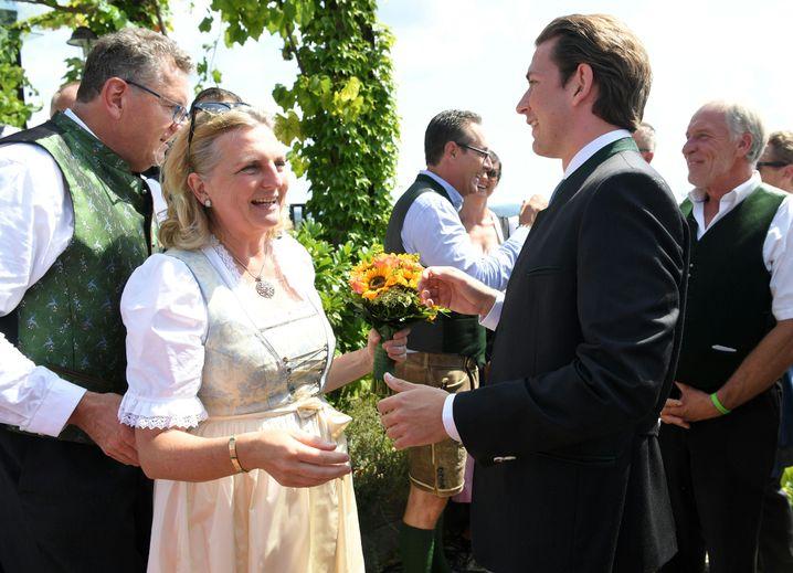 Bundeskanzler Sebastian Kurz (rechts) gratuliert dem Hochzeitspaar