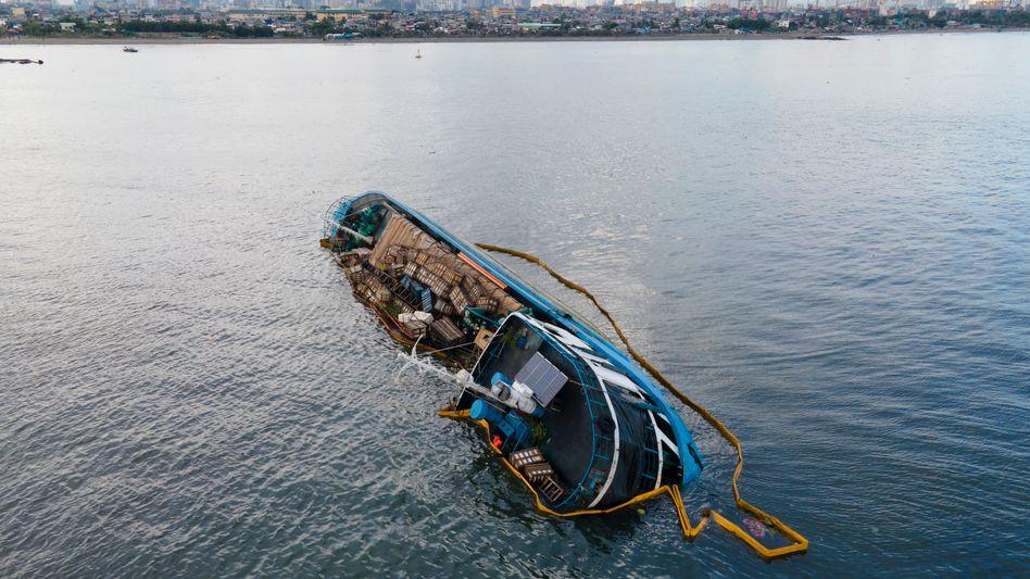 MV Palawan Pearl: Das Frachtschiff liegt in der Bucht von Manila auf der Seite