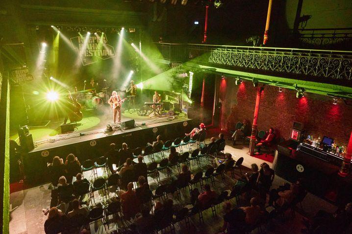 Bestuhlung im Grünspan (beim Auftritt des österreichischen Sängers Voodoo Jürgens am späteren Abend): Die Strobos tanzen, als habe auch der Lichtmensch etwas nachzuholen