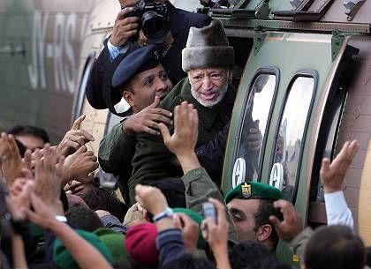 Der schwer kranke Arafat steigt am Morgen in einen Hubschrauber nach Jordanien
