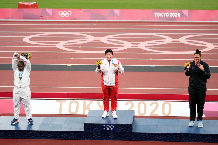 Während Olympiasiegerin Lijiao Gong ebenso wie Bronzegewinnerin Valerie Adams stolz ihre Medaillen präsentierten, zeigte Saunders das X