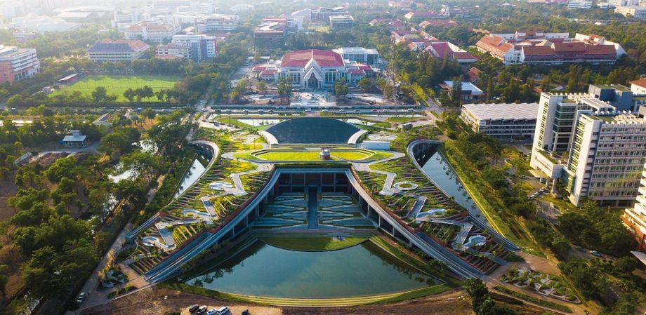 Die Thammasat-Universität in Bangkok ähnelt einem Berg mit Reisterrassen
