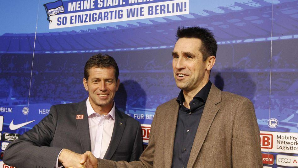 Hertha-Coach Skibbe (l.), Sportdirektor Preetz: Glückseligkeit bei der Hertha