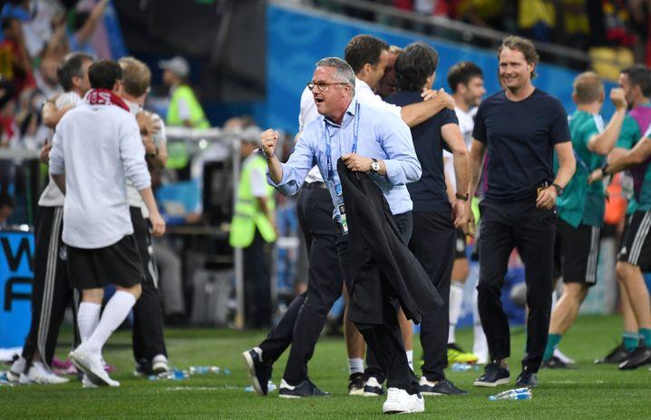 DFB-Büroleiter Georg Behlau jubelt nach dem Siegtor zum 2:1