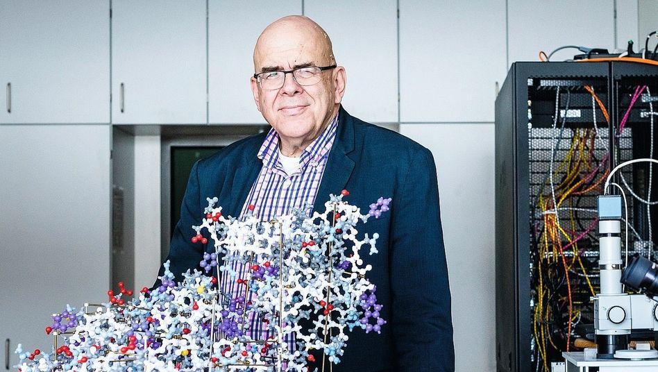 Biochemiker Hilgenfeld mit dem Modell der Hauptprotease von Sars-CoV:Die Vermehrung des Erregers wurde gehemmt