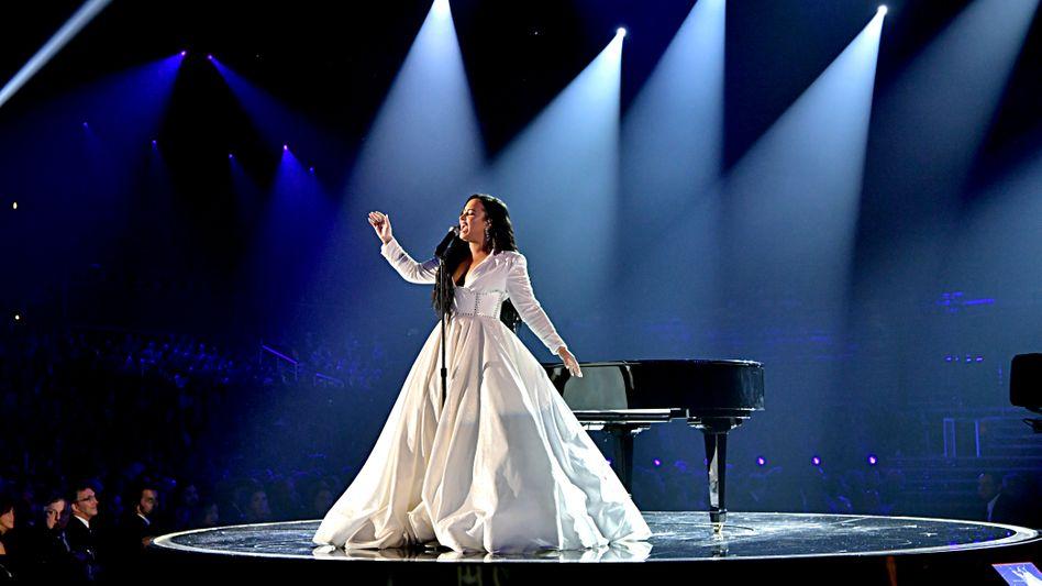 Bei den Grammy Awards durfte es ein weißes Kleid sein: Demi Lovato im Januar 2020
