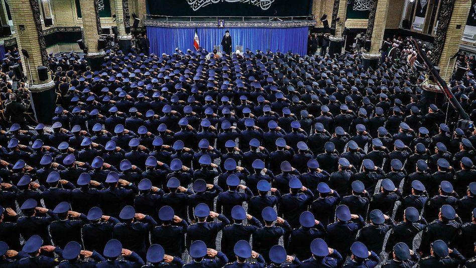 Revolutionsführer Khamenei mit Angehörigen der Luftwaffe