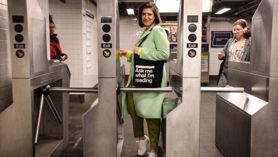 """Uli Beutter Cohen: Auf Instagram kommt ihr Projekt """"Subway Book Review"""" gut an"""