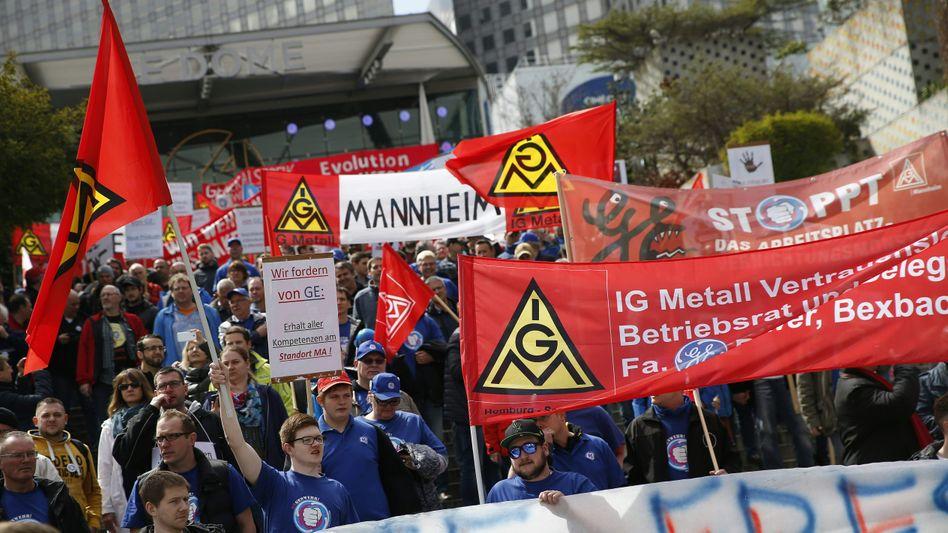 GE-Angestellte demonstrieren in La Défense