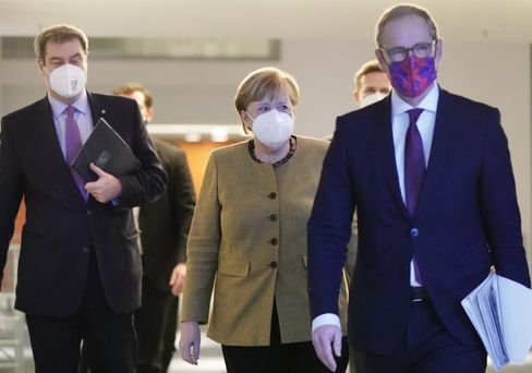 Kanzlerin Angela Merkel, Berlins Regierender Bürgermeister Michael Müller (vorn), Bayerns Ministerpräsident Markus Söder