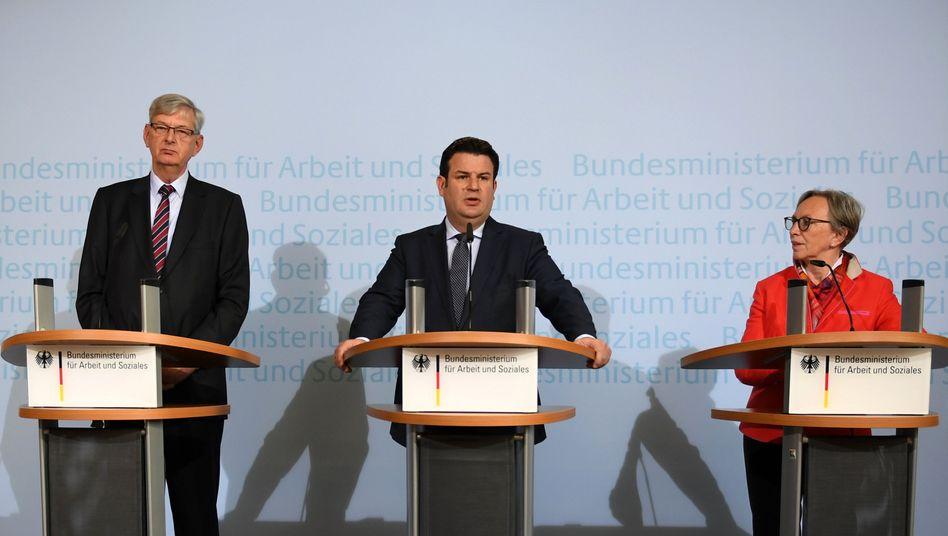Arbeitsminister Heil (M.), Rentenkommissionschefs Schiewerling (CDU, l.), Lösekrug-Möller (SPD, r.)