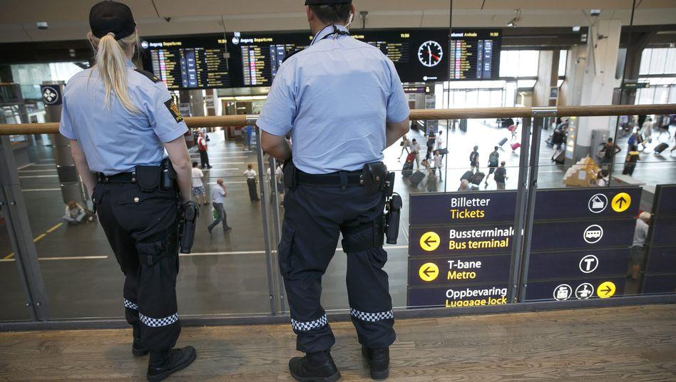Bewaffnete Polizei am Bahnhof von Oslo: Nach einer Terrorwarnung ist Norwegen in Alarmbereitschaft
