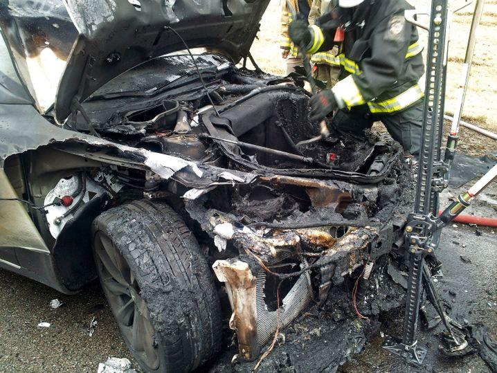 Hat gut gebrannt? Tatsächlich gibt es keine Hinweise darauf, dass E-Autos häufiger in Flammen aufgehen als Benzin- oder Dieselautos (im Bild ein verkohlter Tesla)